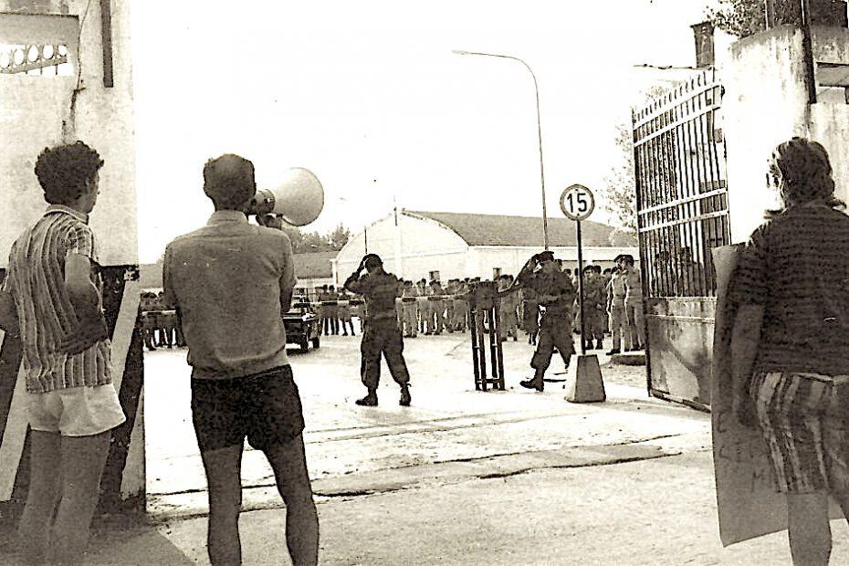 Pietro Pinna mentre arringa i militari all'esterno di una caserma (marcia antimilitarista Milano-Vicenza 1973 - foto Valerio Minnella)